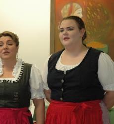F. Gombár Mónika és lánya