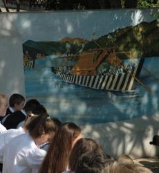 Tutajkép az iskolaudvar falán, Wágner Mátyás alkotása- Ulmer Schachtel von Mátyás Wagner